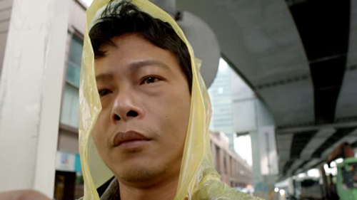 """Emociona ver cantar hasta las lágrimas a Lee Kang-sheng mientras trabaja de hombre-anuncio en """"Stray Dogs"""""""