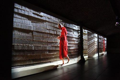 """El monje de """"Walker"""" sigue andando lentamente en las instalaciones audiovisuales de Tsai Ming-liang"""