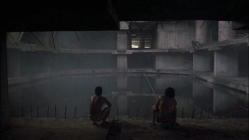 "¿Qué espera pescar Lee Kang-sheng en las ruinas del rascacielos inacabado de ""I Don't Want to Sleep Alone""?"