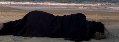 En la playa sola de noche